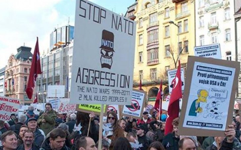 Czechs rally against US military convoy's parade