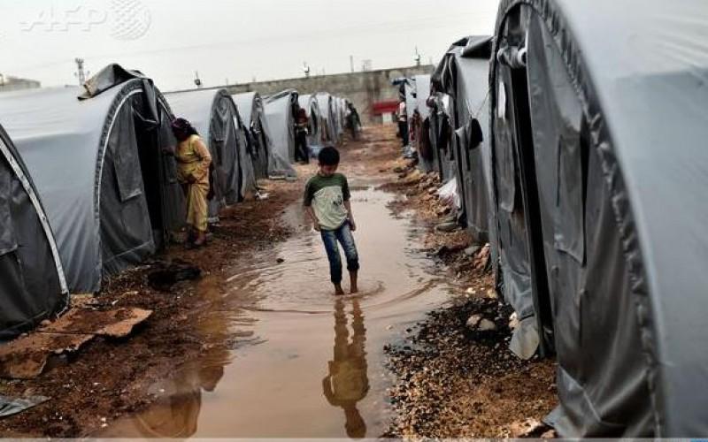 Kobane residents flow into Turkey's largest refugee camp