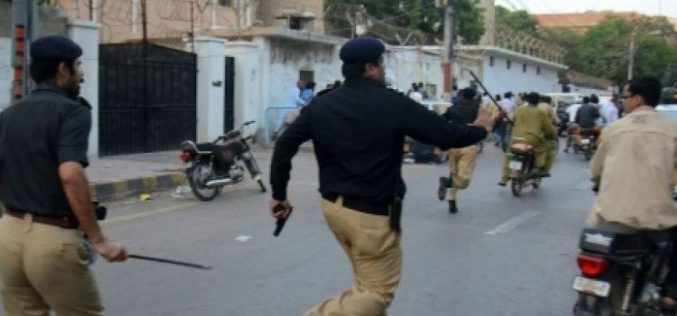 Pakistan protesters attacking a private television, at least one dead and 7 injured